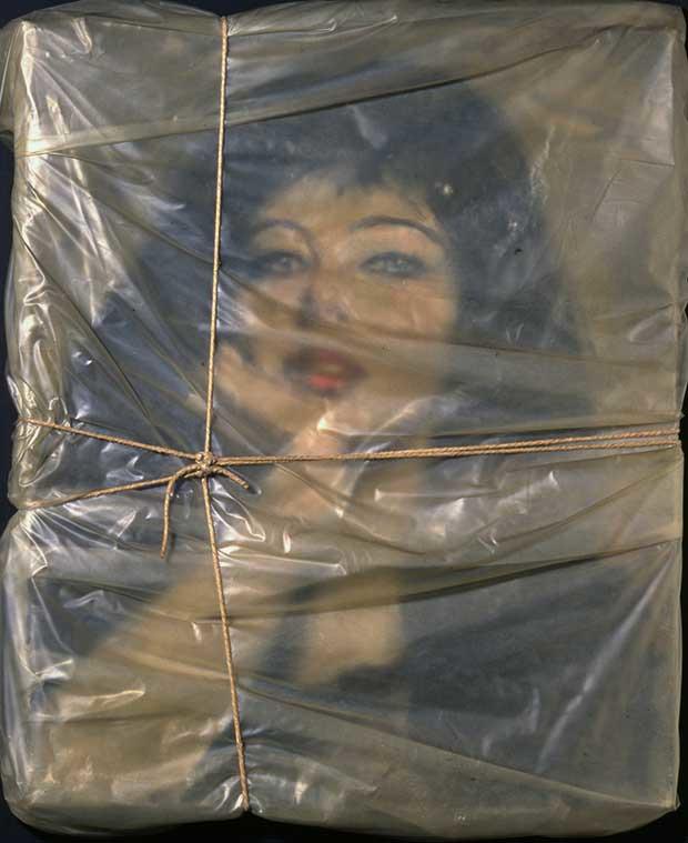 Christo, Portrait empaqueté de Jean-Claude, 1963, collection Museum of Contemporary Art San Diego ©Chrisitna Baur, Basel