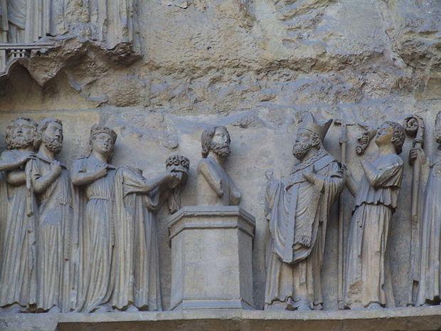 Le baptême de Clovis représenté sur le tympan de la cathédrale de Reims. Photo Wikimedia Commons/Mattana