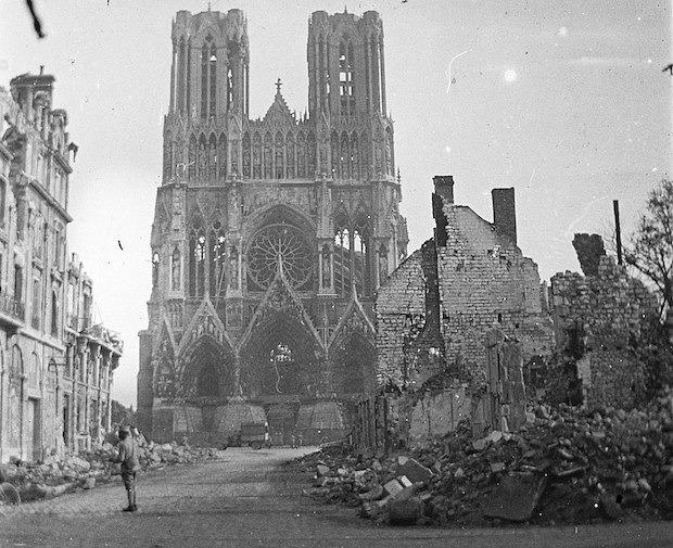 Façade de la cathédrale de Reims après les bombardements de 1914. Photo Wikimedia Commons