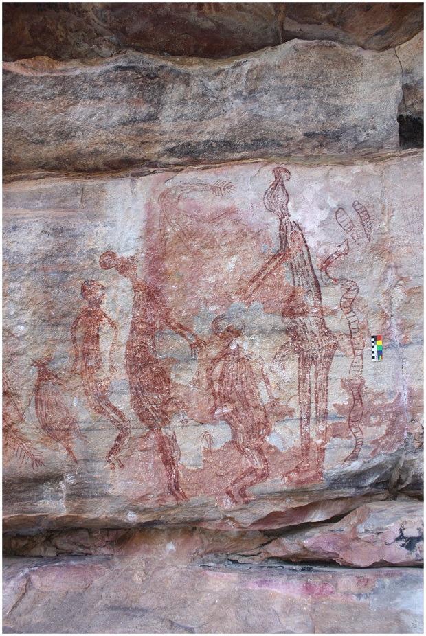 Les figures mâles Maliwawa arborent de larges coiffes coniques ©P. Taçon