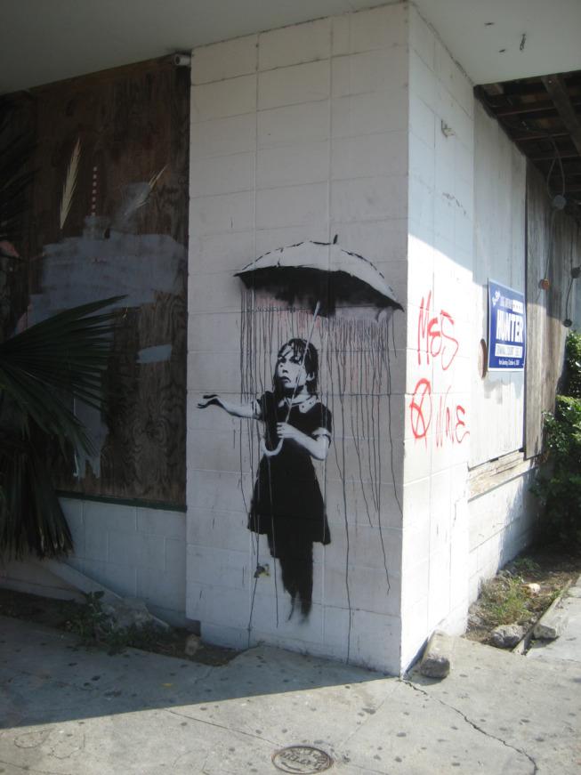 """Umbrella Girl"" par Banksy, Nouvelle-Orléans, 2008 ©Wikimedia Commons"